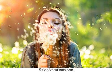 gyönyörű, lefelé, nő, fiatal, fű, mező, fújás, zöld, mosolygós, pitypangok, fekvő