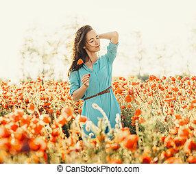 gyönyörű, meadow., gyalogló, nő, mákok