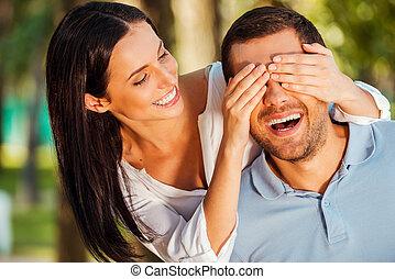 gyönyörű, mindkét, kitalál who?, neki, fedő, fiatal, álló, időz, nő, szabadban, mosolygós, szemek, barát
