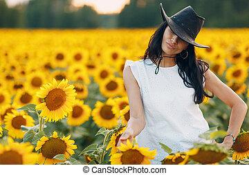 gyönyörű, napraforgó, kalap, fiatal, mező, nő