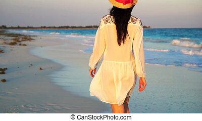 gyönyörű, nyár, gyalogló, nő, lassú, tengerpart., ünnepek, indítvány, dress., fehér, leány, boldog
