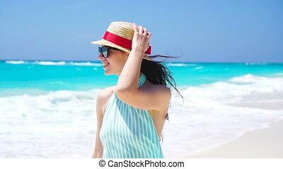gyönyörű, nyár, gyalogló, nő, lassú, tengerpart., fehér, ünnepek, indítvány, dress., lány mosolyog, boldog