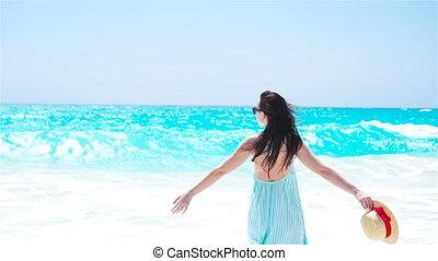 gyönyörű, nyár, gyalogló, nő, tengerpart., fehér, ünnepek, dress., lány mosolyog, boldog