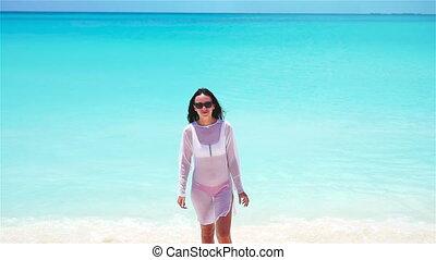 gyönyörű, nyár, nő, neki, vacation., tengerpart., fiatal, tropikus, indítvány, leány, lassú, móka, fehér, birtoklás