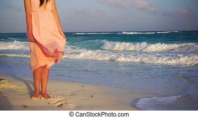 gyönyörű, nyár, tengerpart., fiatal, ünnepek, nő, closeup, női, napnyugta, fehér, combok, tengerpart