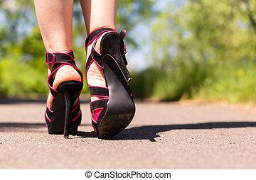 gyönyörű, rózsaszínű, cipők, női, combok, út