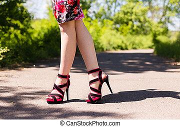gyönyörű, rózsaszínű, gyalogló, cipők, női, mentén, combok, út