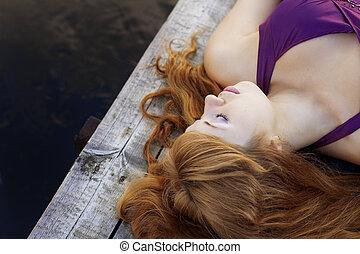 gyönyörű, red-haired, bíbor, móló, leány, ruha