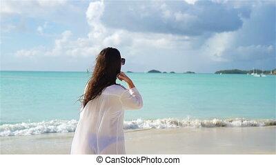 gyönyörű, tropikus, gyalogló, lassú, tengerpart., fiatal, birtoklás, indítvány, homok, nő, móka, fehér, leány, seashore., boldog