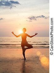 gyönyörű woman, árnykép, jóga, tengerpart, sunset.