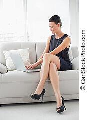 gyönyörű woman, öltözött, laptop, forrás, fiatal, pamlag, használ