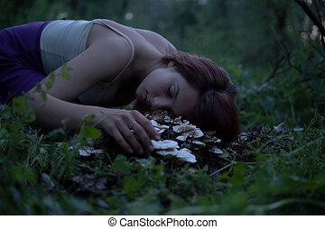 gyönyörű woman, csikk, bíbor, félhomály, dal, fiatal, gombák, erdő, titokzatos, fehér, alj, bájos