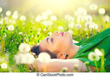 gyönyörű woman, fiatal, mező, pitypangok, zöld fű, fekvő