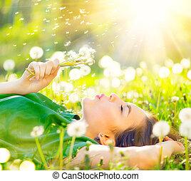 gyönyörű woman, gyermekláncfű, fiatal, mező, fújás, zöld fű, fekvő