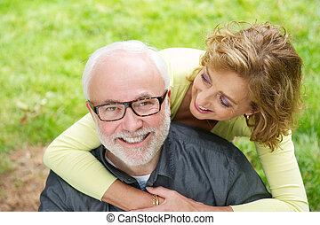 gyönyörű woman, idősebb, szabadban, mosolyog bábu, boldog