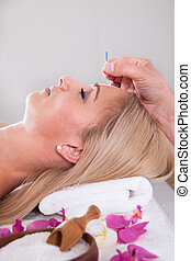 gyönyörű woman, középcsatár, terápia, akupunktúra, ásványvízforrás