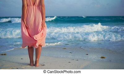 gyönyörű woman, lassú, női, indítvány, tengerpart., closeup, legs., fehér