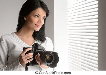 gyönyörű woman, neki, fotográfia, young külső, ablak, fényképezőgép, át, birtok, portré, hobby.