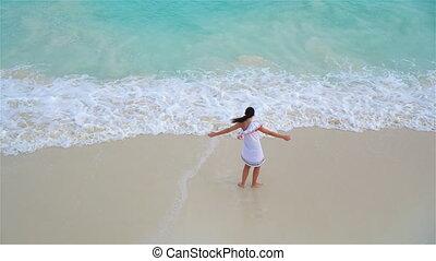 gyönyörű woman, ruha, fiatal, tropikus, seashore., felül, leány, kilátás, tengerpart, fehér, boldog