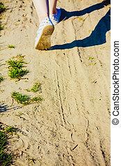 gyalogló, cipők, woman's, lábak, homok, closeup, sport