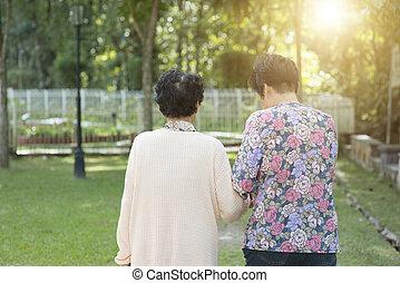 gyalogló, külső, liget, öregedő, asian women, hátsó kilátás