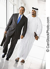 gyalogló, keleti, két, középső, businessmen, folyosó