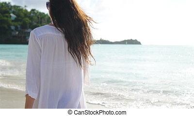 gyalogló, nő, fiatal, white tengerpart, boldog