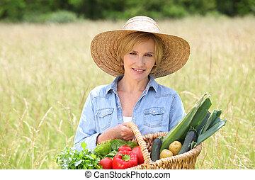 gyalogló, nő, szalmaszál, növényi, mező, át, kosár, kalap