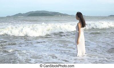gyalogló, nő, tengerpart, sok nemzetiségű, haladó, asian lány, boldog, summer., sea.