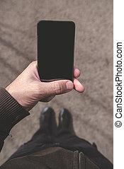 gyalogló, smartphone, ellenző, látszó, időz, utca, ember