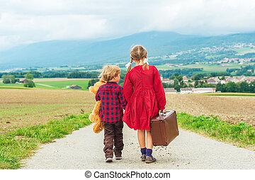 gyerekek, csinos, kevés, öreg, neki, út, nagy, teddy-mackó, két, gyalogló, lefelé, hord, birtok, bőrönd, kicsi, leány, barna, testvér