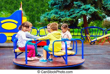 gyerekek, csoport, játszótér, móka, boldog, birtoklás, körforgalom