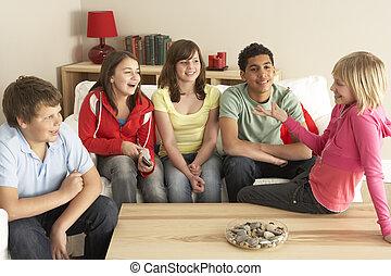 gyerekek, csoport, otthon, beszélgető