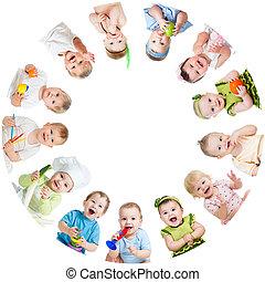 gyerekek, elrendez, gyerekek, kisbabák, csoport, karika, mosolygós
