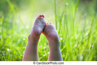 gyerekek, fű, fekvő