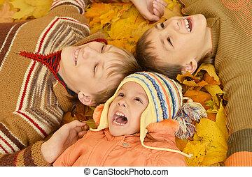 gyerekek, fekvő, sárga