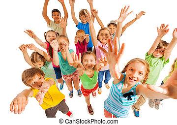 gyerekek, feláll, levegő, éljenzés, kézbesít, emelés