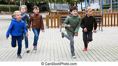 gyerekek, játszótér, futás