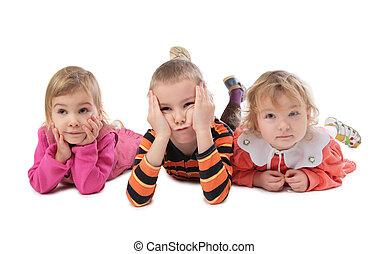 három, fekvő, gyerekek