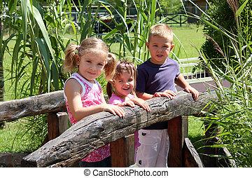 három gyerek
