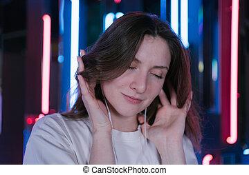 háttér, gyönyörű, tánc, neon, nő, close-up., fiatal, arc, fejhallgató