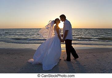 házas, &, párosít, lovász, menyasszony, napnyugta, esküvő, csókolózás, tengerpart