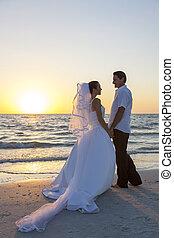 házas, &, párosít, lovász, menyasszony, napnyugta, esküvő, tengerpart