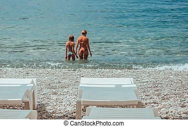 haladó, sziklás, white tengerpart, háttér., összefut., nyár, tengerpart., sunbeds, concept., destination., idegenforgalom, tenger, szelektív, paradicsom, lány, szünidő, anya