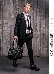 handsome., tele, fiatal, formalwear, táska, hosszúság, szállítás, fekete, elegáns, jelentékeny, ember