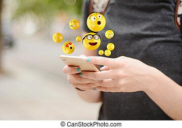használ, elküldés, emojis., smartphone, nő