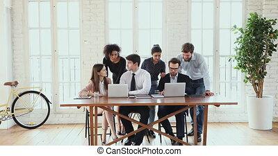 használ, multiethnic, számítógépek, modern, hivatal, ügy, elmezavar, befog