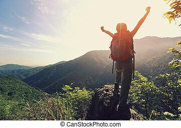hegy, nő, fegyver, kiránduló, éljenzés, csúcs, nyílik