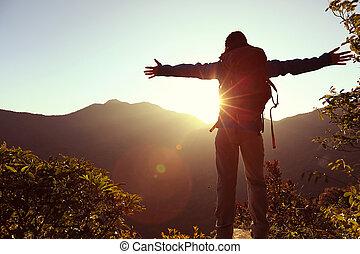 hegy, nő, sikeres, fegyver, kiránduló, csúcs, nyílik, napkelte