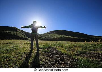 hegy, nő, szabadság, fegyver, kiránduló, nyílik, napkelte